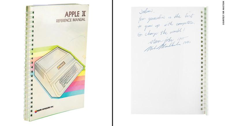 คู่มือคอมพิวเตอร์ Apple II ลายเซ็น Steve Jobs ราคาพุ่งถึง26 ล้านบาท